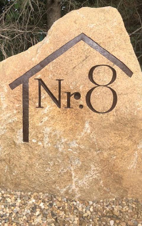 Hausnummer in Stein gemeißelt